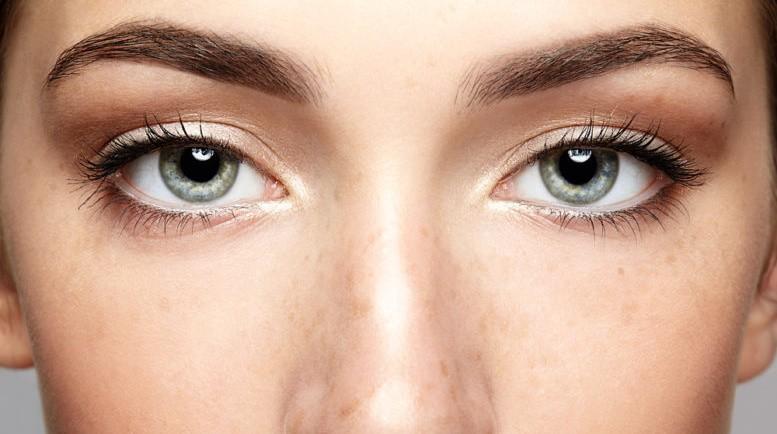 Des sourcils rehaussés un regard plus jeune